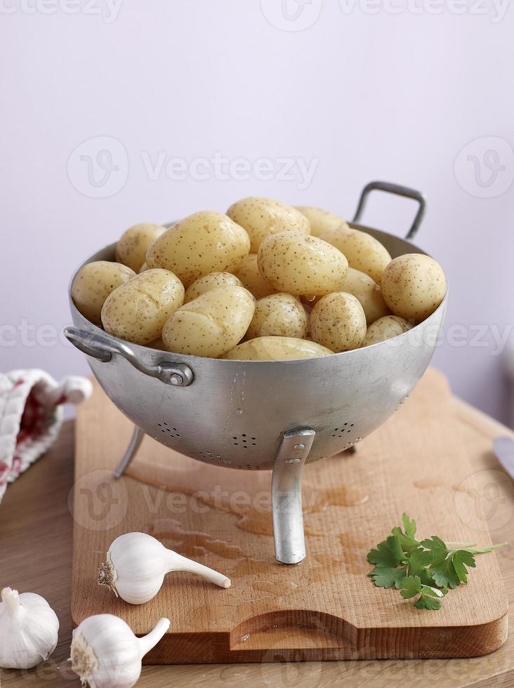 aardappelen in vergiet op een hakken foto