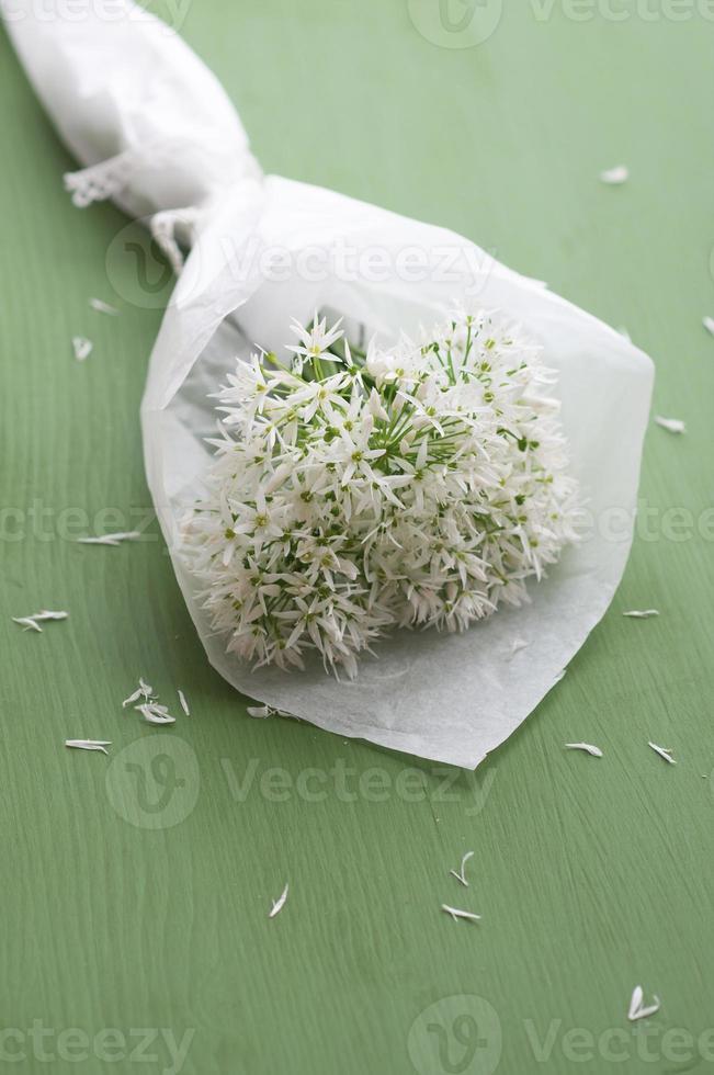 boeket van vers bloeiende wilde knoflook foto