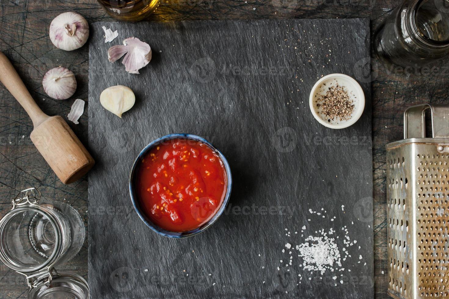 gepureerde tomaten in een keramische schotel op een tafel foto
