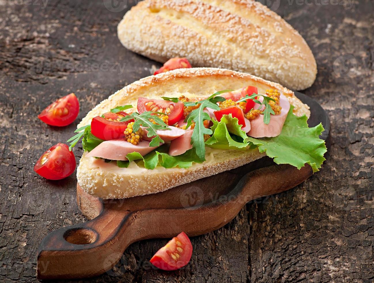 sandwich met worst, sla, tomaat en rucola foto