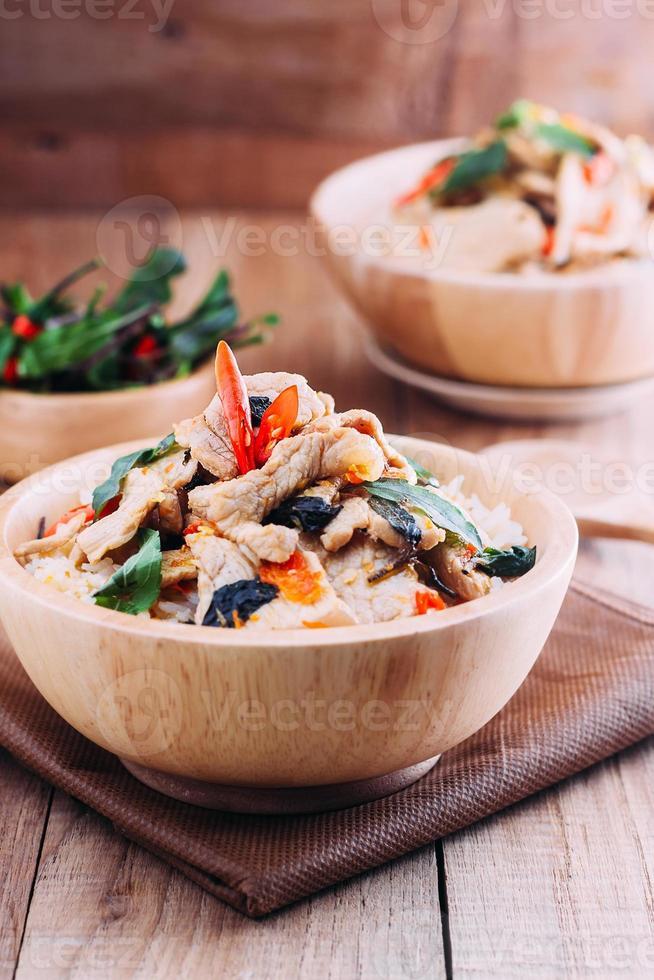 close-up rijst gegarneerd met roergebakken varkensvlees en basilicum foto