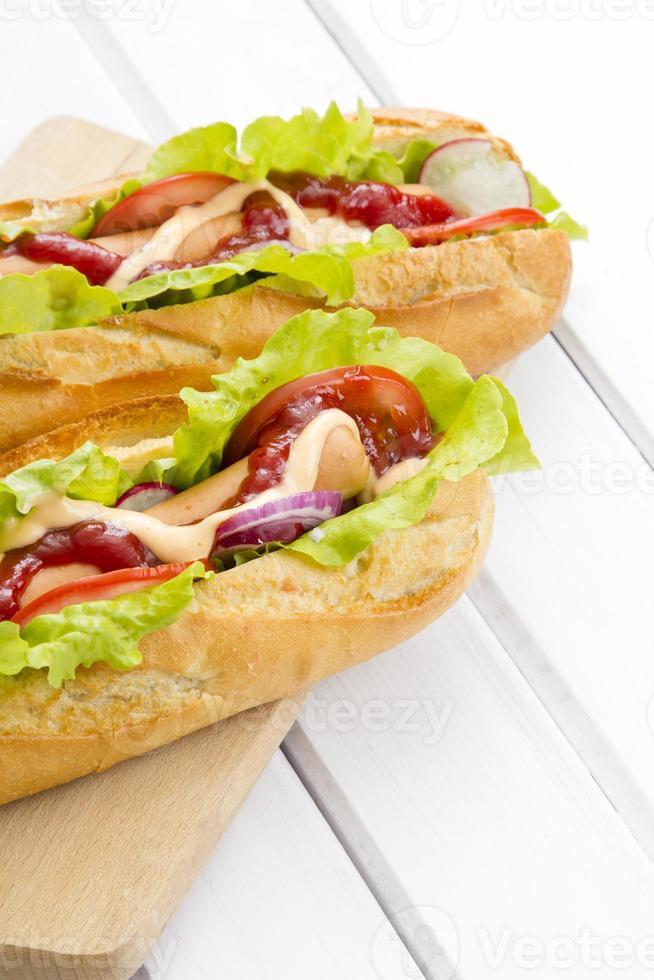 hotdogs op een houten tafel foto
