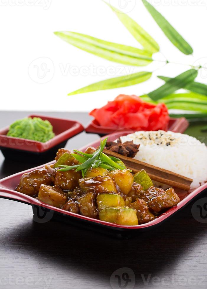 Japanse keuken. rijst met courgette in honingsaus. foto