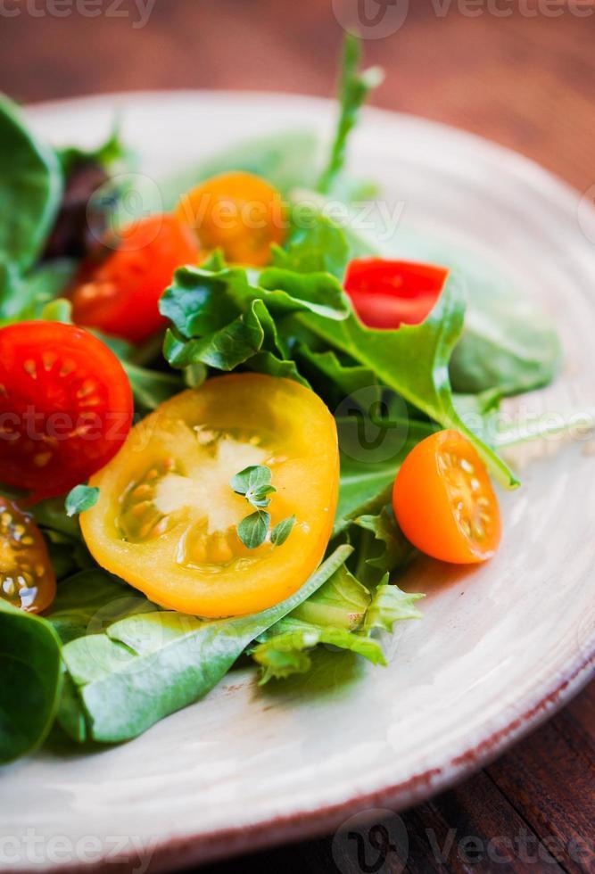 groene salade met kleurrijke tomaten foto