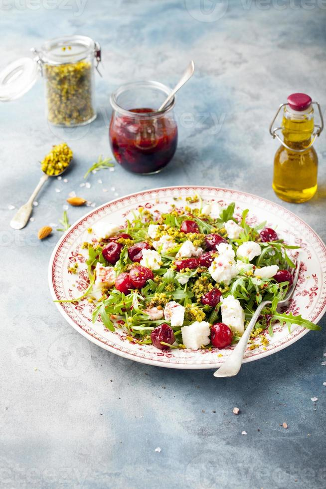 salade met rucola, kersen en geitenkaas. foto