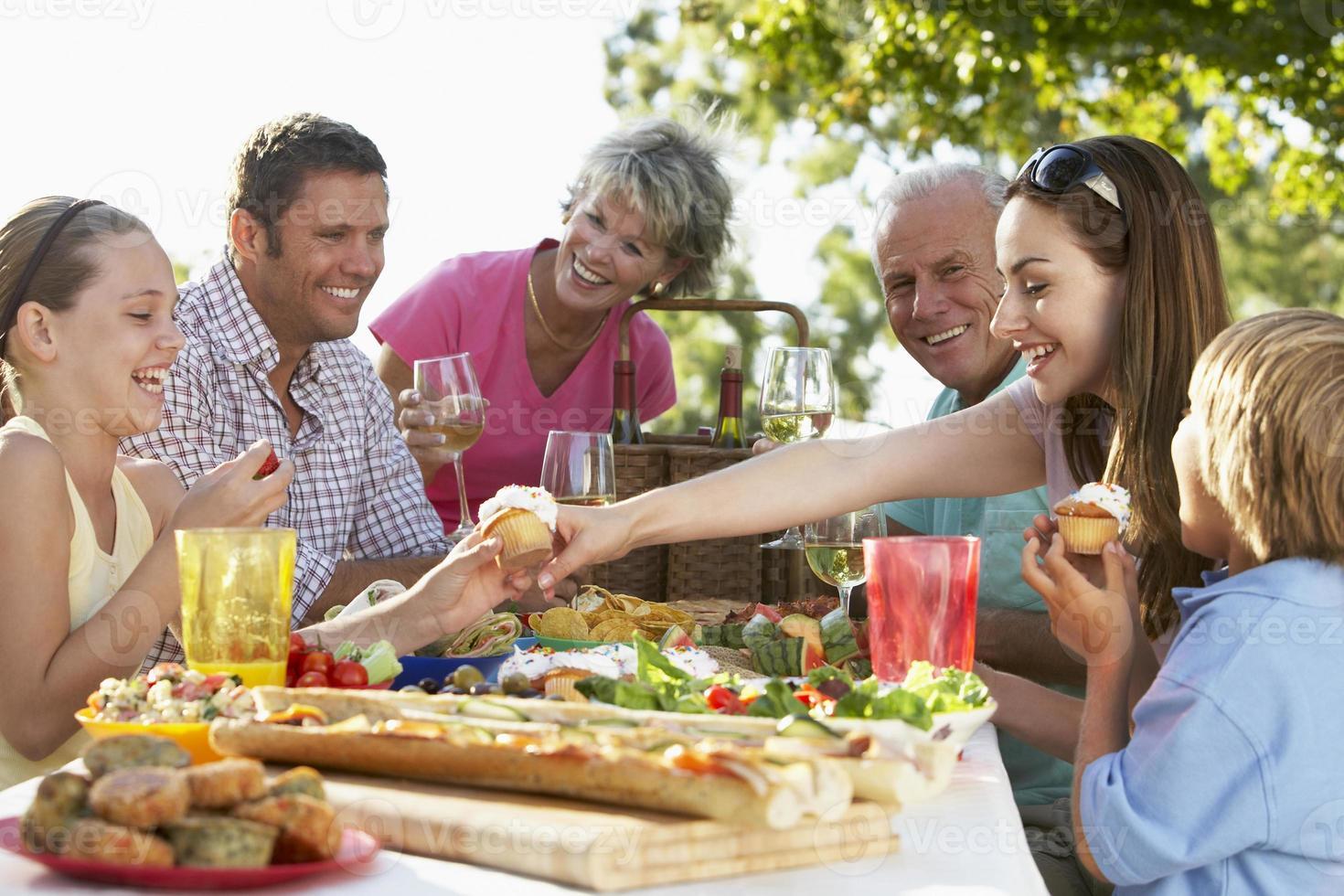 familie dineren in de buitenlucht foto