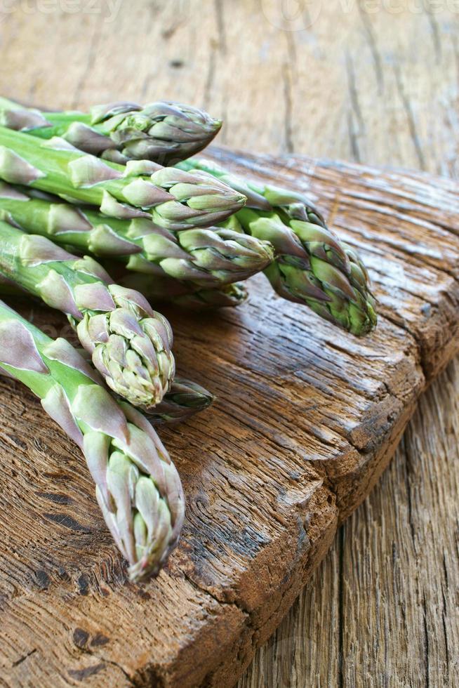 groene asperges op snijplank foto