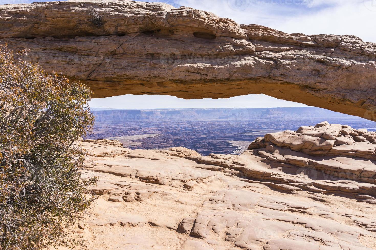 canyonlands nationaal park. Mesa Arch, canyons en La Sal Mountains foto