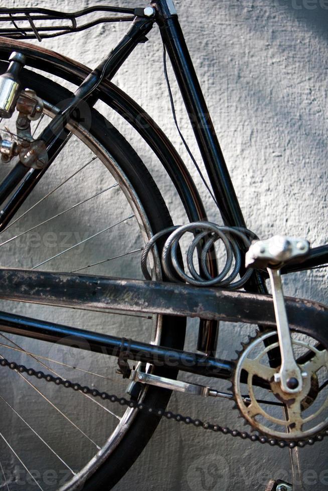 detail van een vintage fiets crankstel met ketting en slot foto