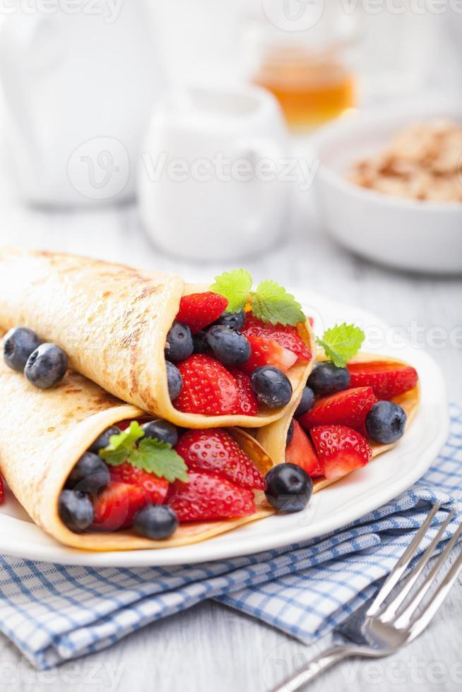 pannenkoeken met aardbeien bosbessen foto