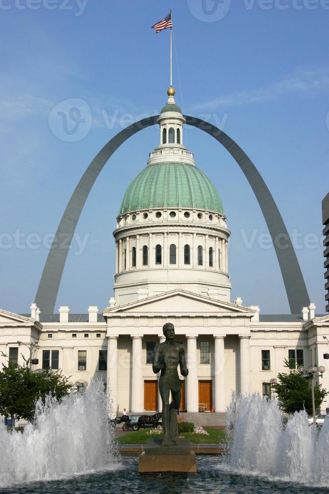 st. Louis gerechtsgebouw met poortboog foto