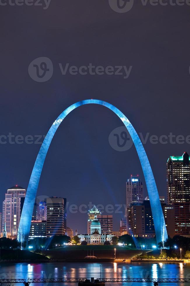 landschap van st louis met blauwe verlichting en hoge gebouwen foto