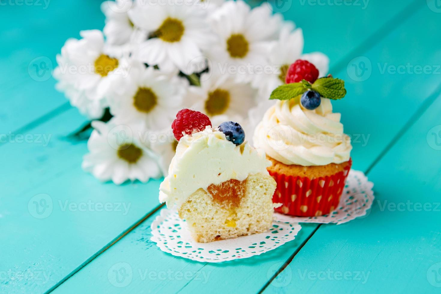 cupcakes met zomerbessen foto