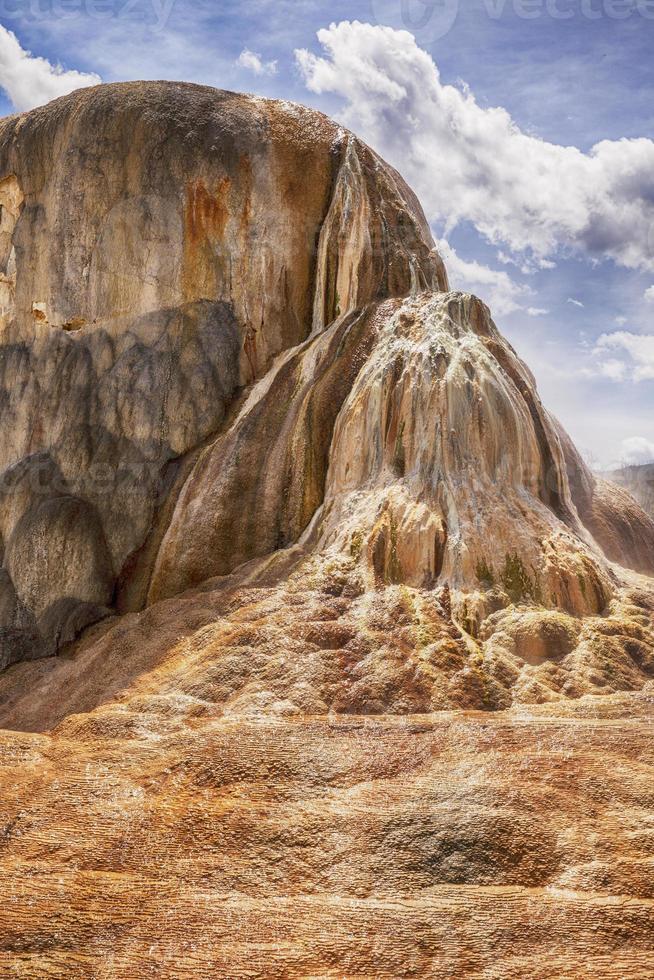 oranje voorjaar heuvel in het nationaal park yellowstone foto