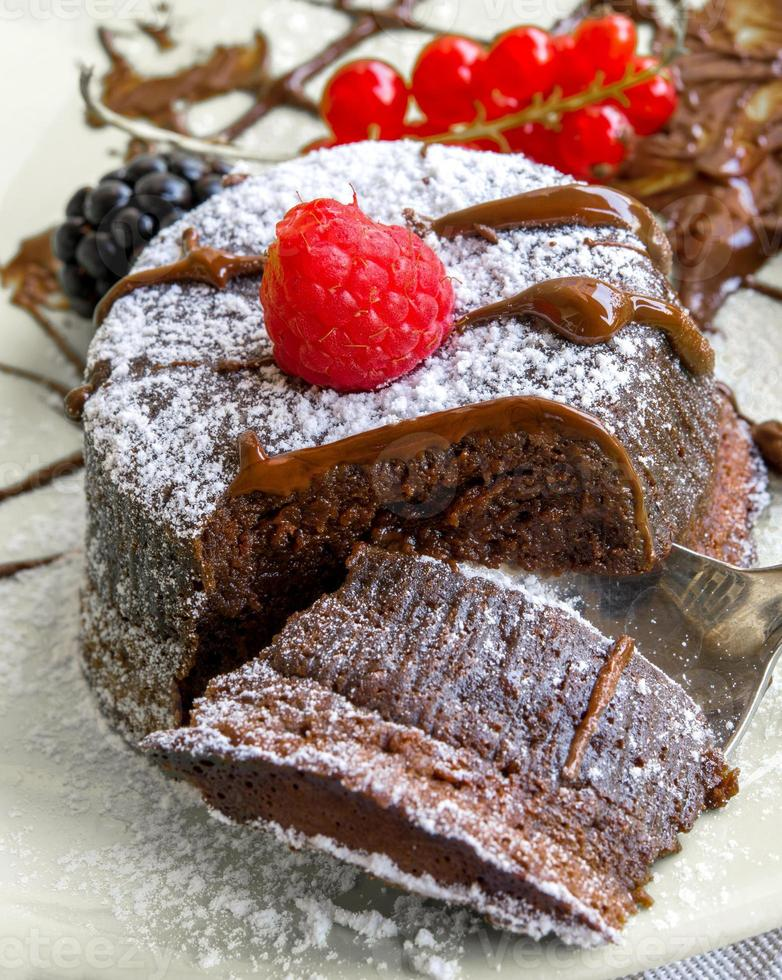 cake met chocolade hart in warme chocolademelk foto