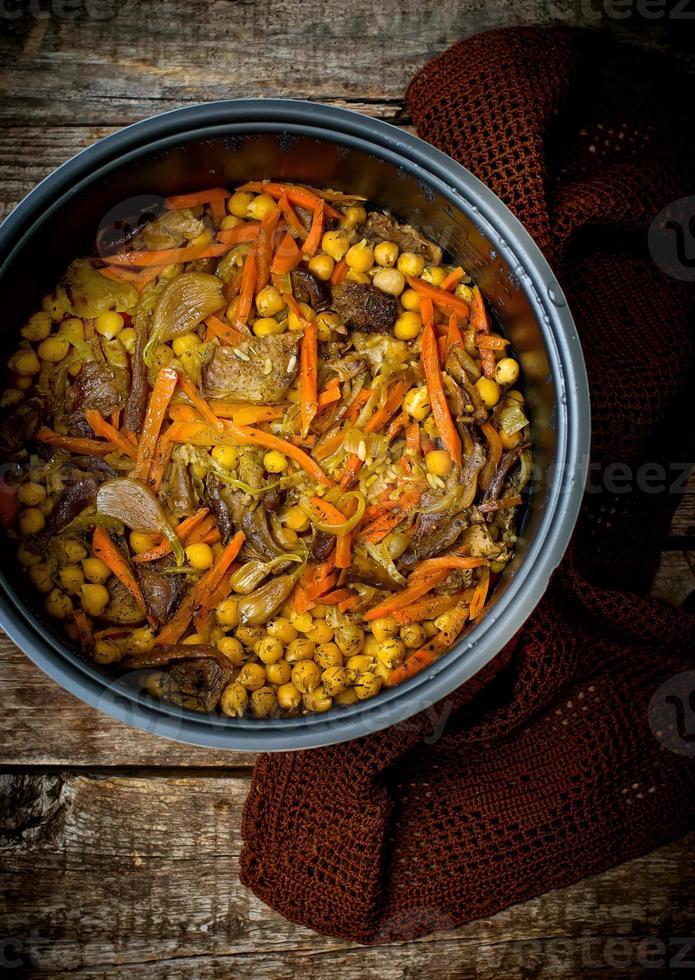 vegetarische pilaf met kikkererwten en champignons foto