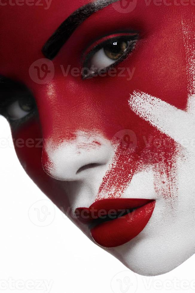 mooi vrouwelijk model met witte huid en bloed op het gezicht foto