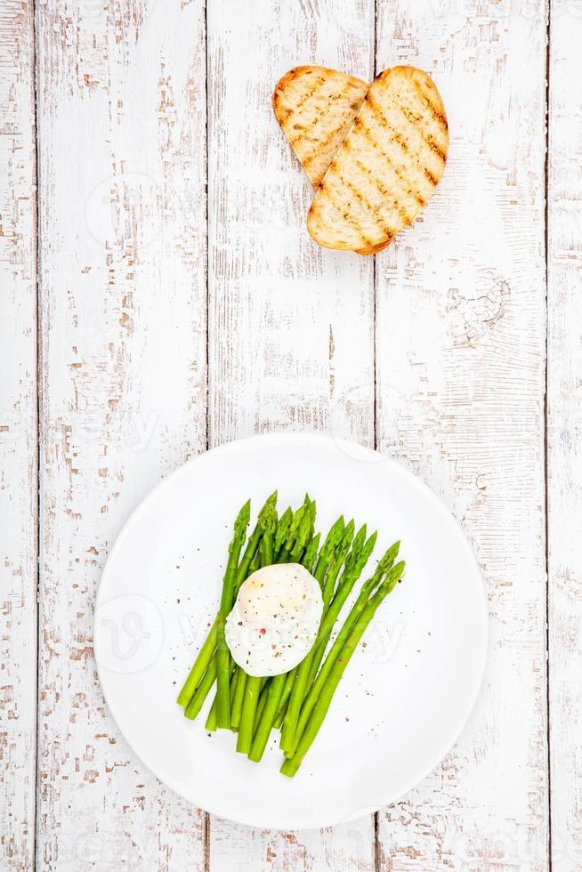 ontbijt: gepocheerd ei met asperges en geroosterde ciabatta foto