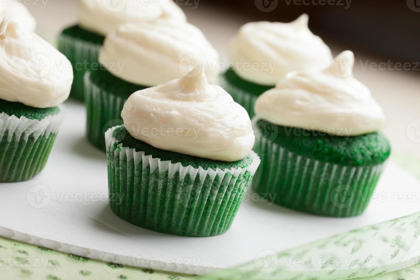 schotel van groen fluwelen cupcakes foto