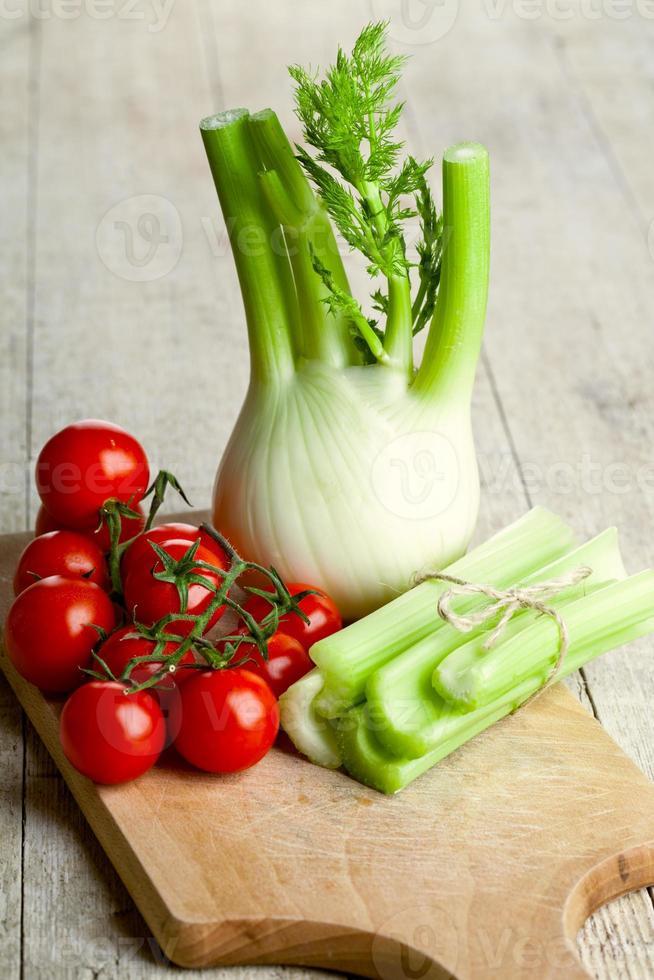 verse biologische venkel, selderij en tomaten foto