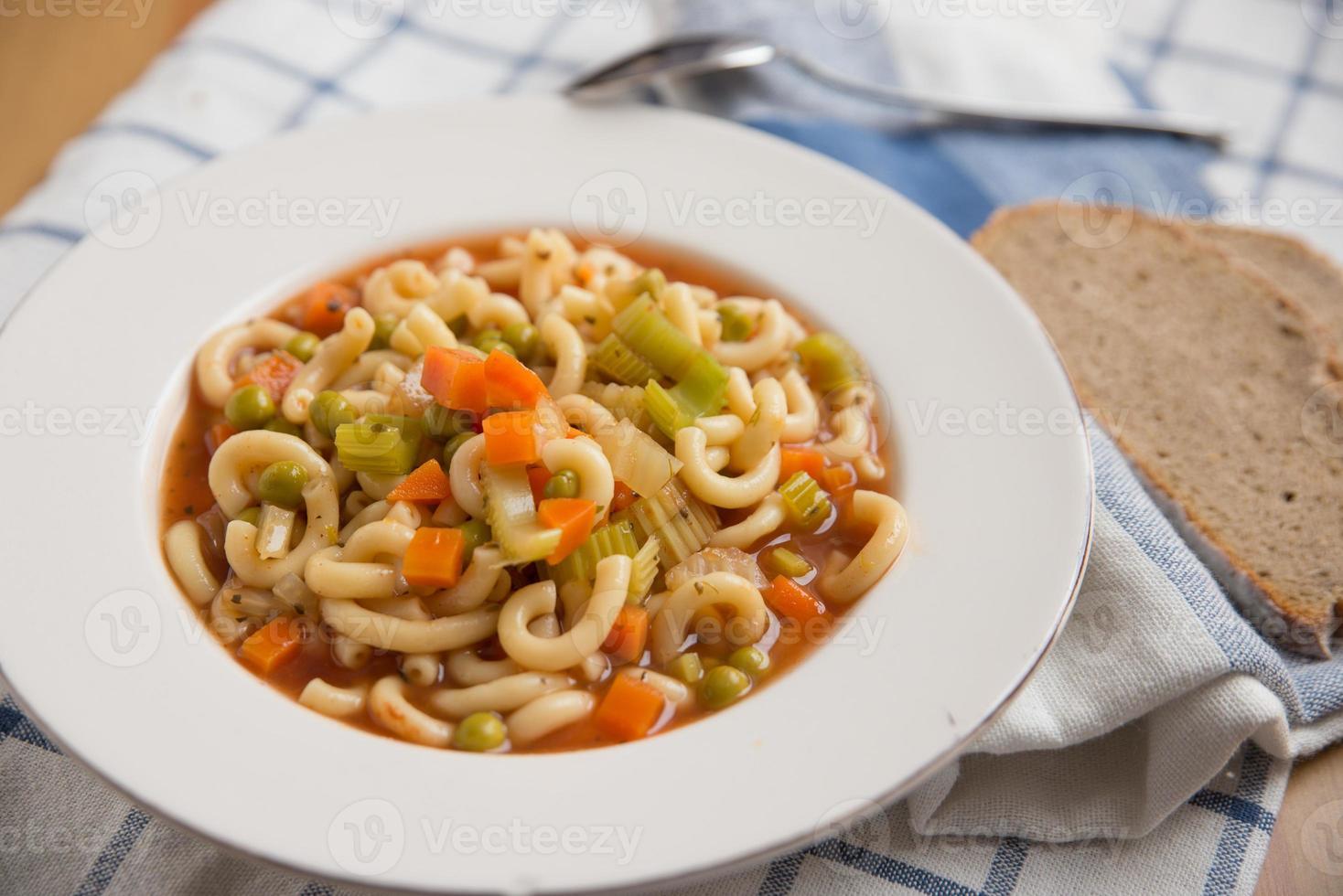 Italiaanse groente minestrone soep in een kom foto