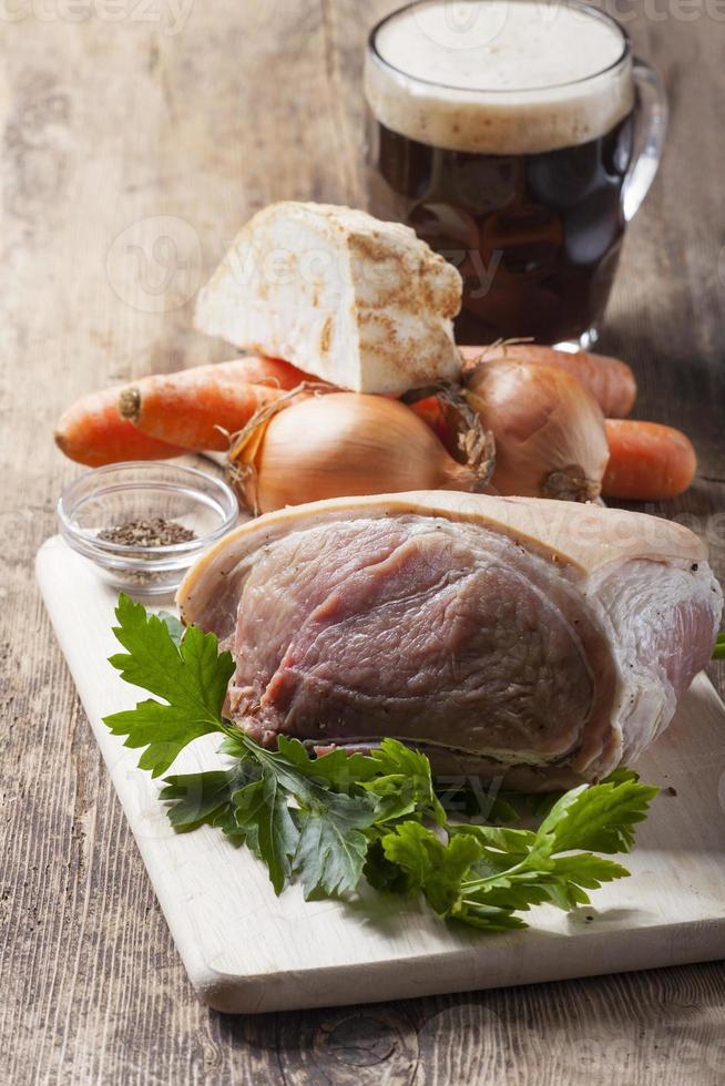 rauwe ingrediënten van een geroosterde varkensschotel foto