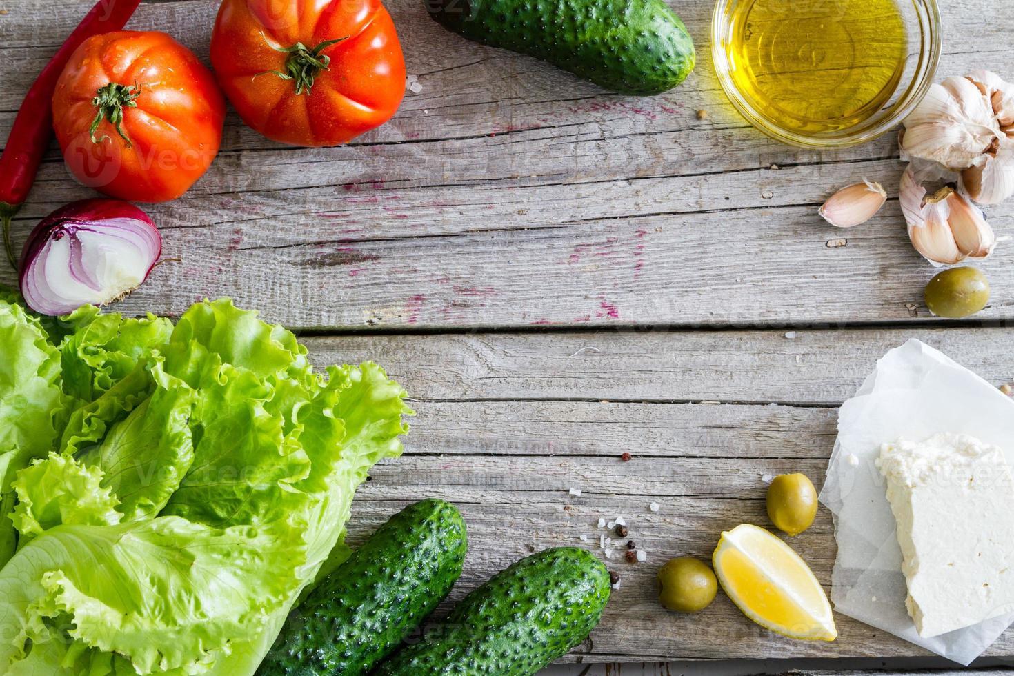 Griekse salade-ingrediënten - tomaat, komkommer, salade, ui foto