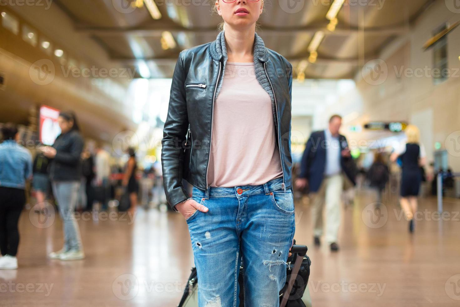 vrouwelijke reiziger lopen luchthaventerminal. foto