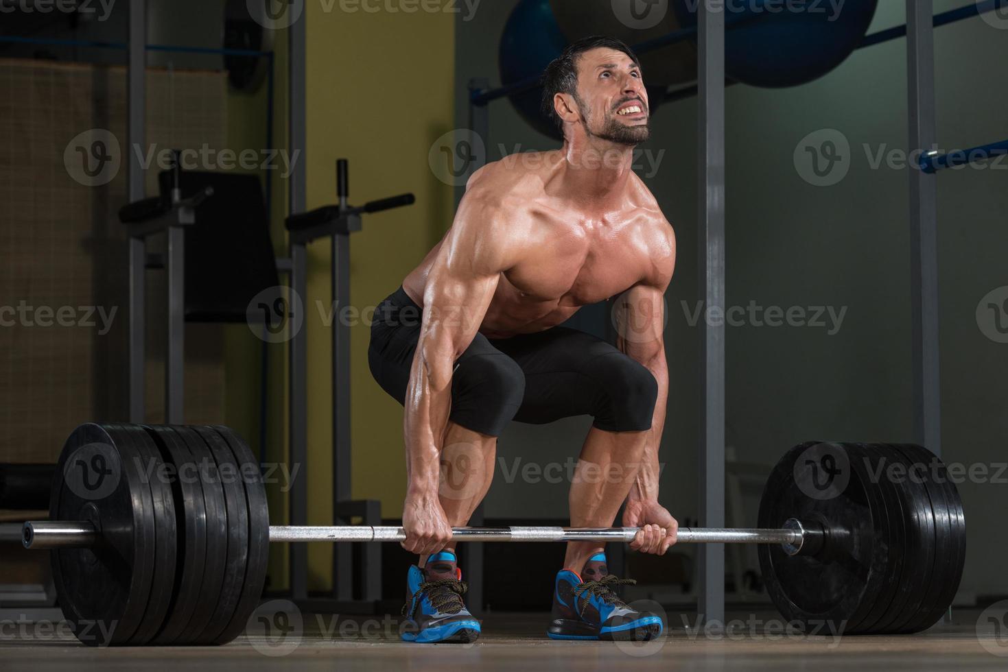 bodybuilder die deadlift voor rug doet foto