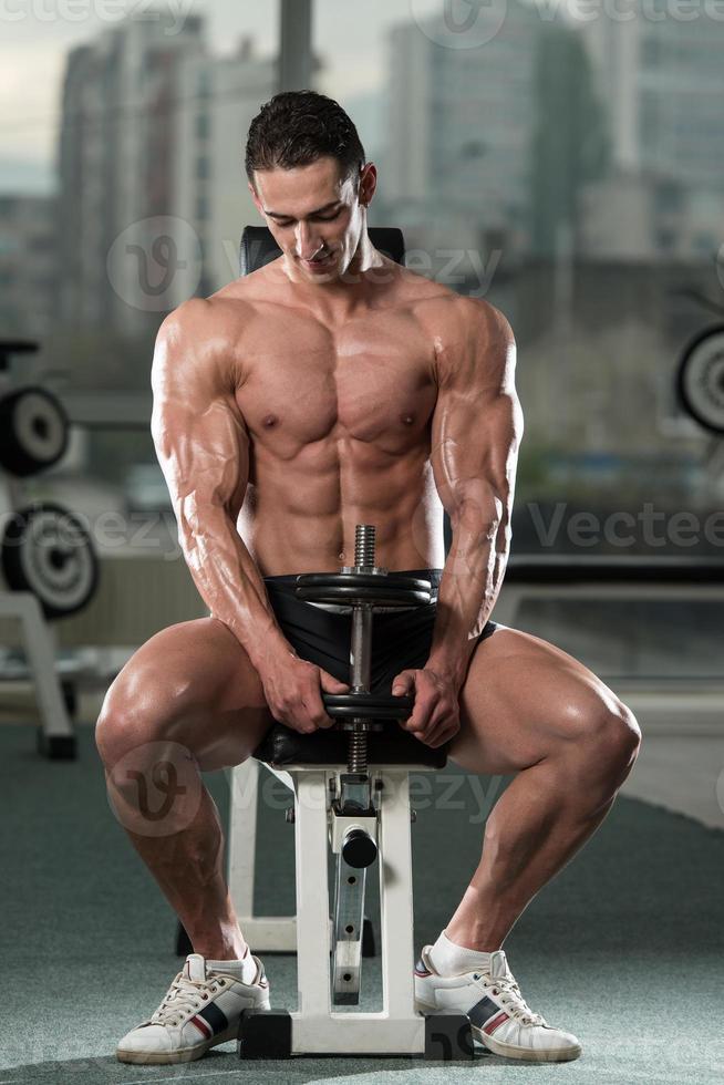 bodybuilder die biceps met domoren uitoefenen foto