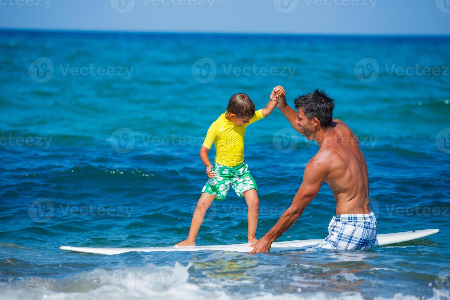 jongen surfen foto