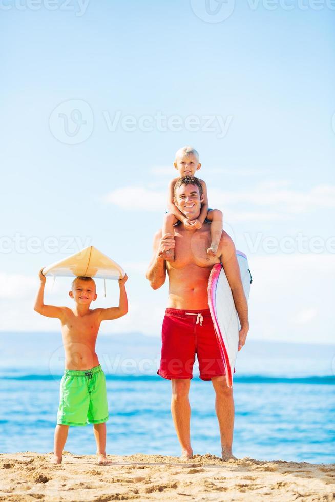 vader en zonen gaan surfen foto