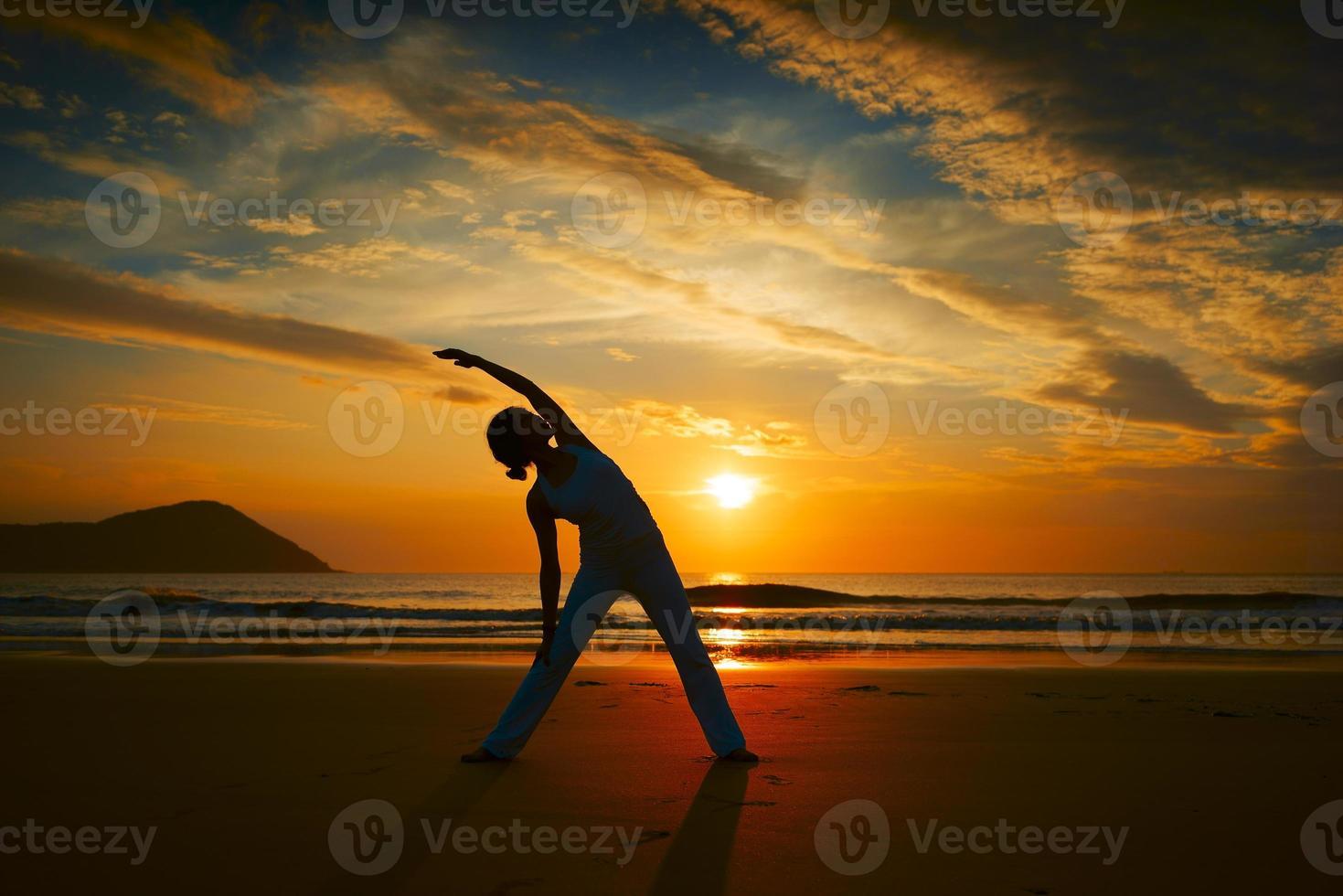 yoga op een strand foto