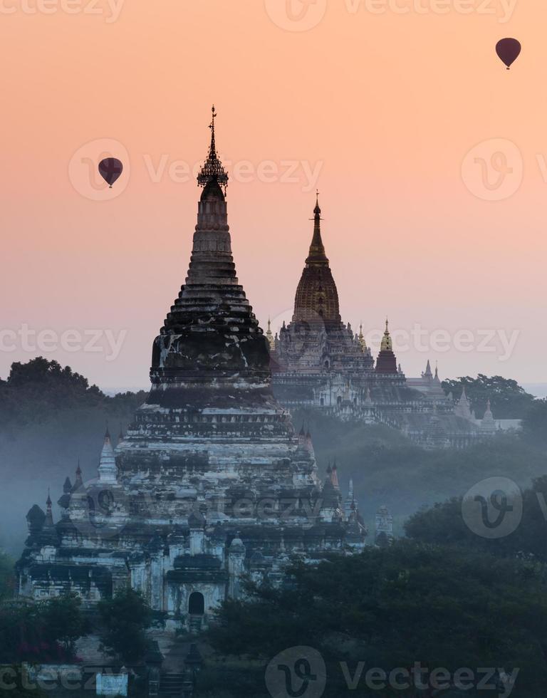 bagan bij zonsopgang, myanmar foto