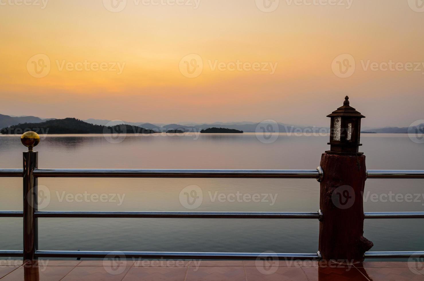 landschap van zonsondergang over meer foto
