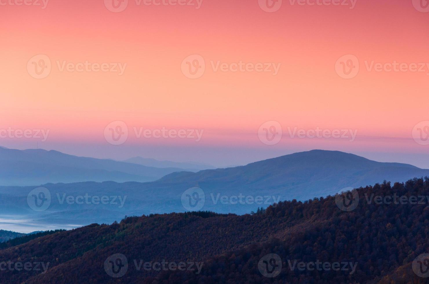 prachtig berglandschap bij zonsopgang. foto