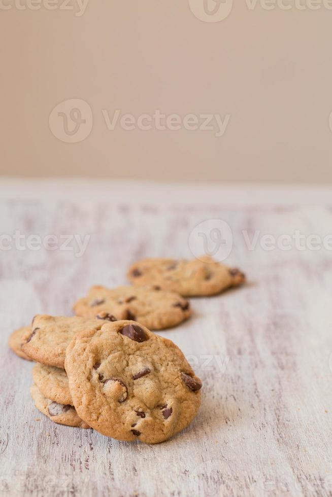 rij van chocolate chip cookies foto