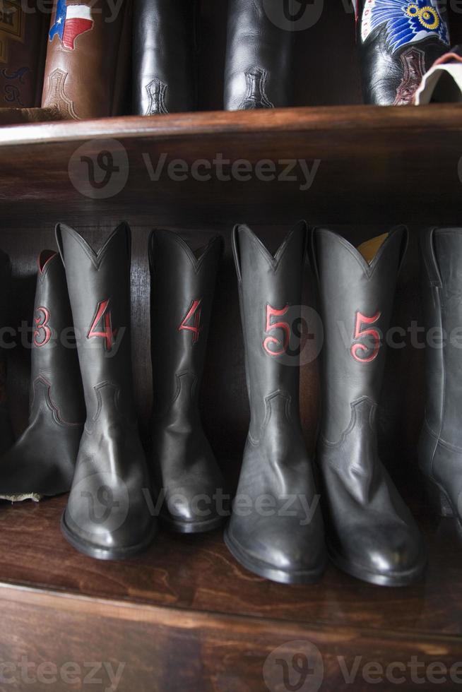 schoeisel in rij op schoenmaker workshop foto