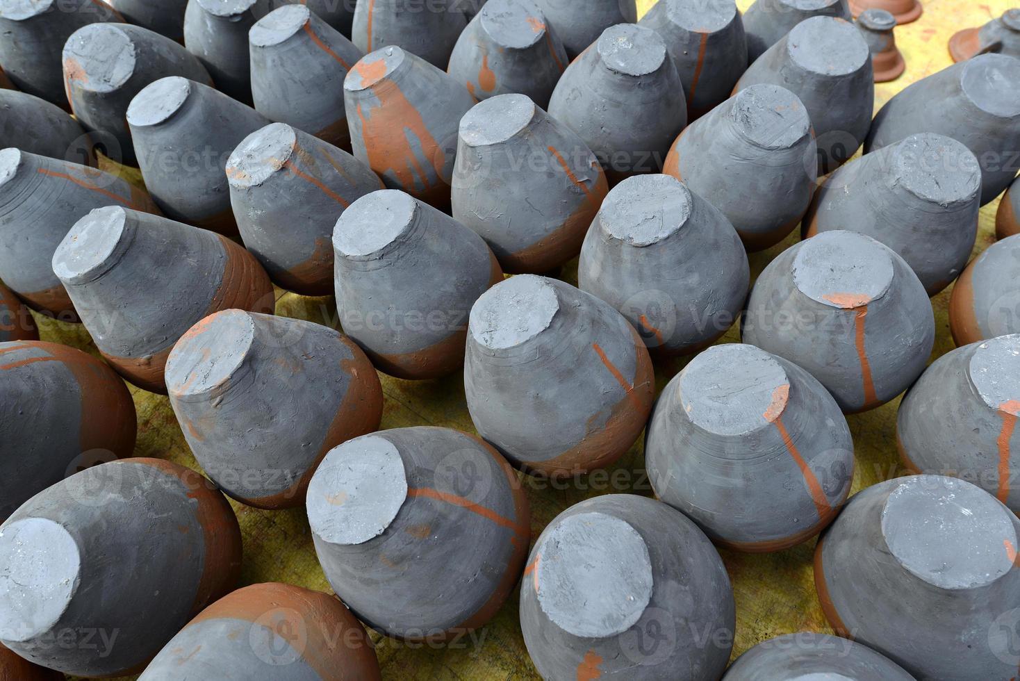 rijen handgemaakte traditionele aardewerk in bhaktapur, nepal foto