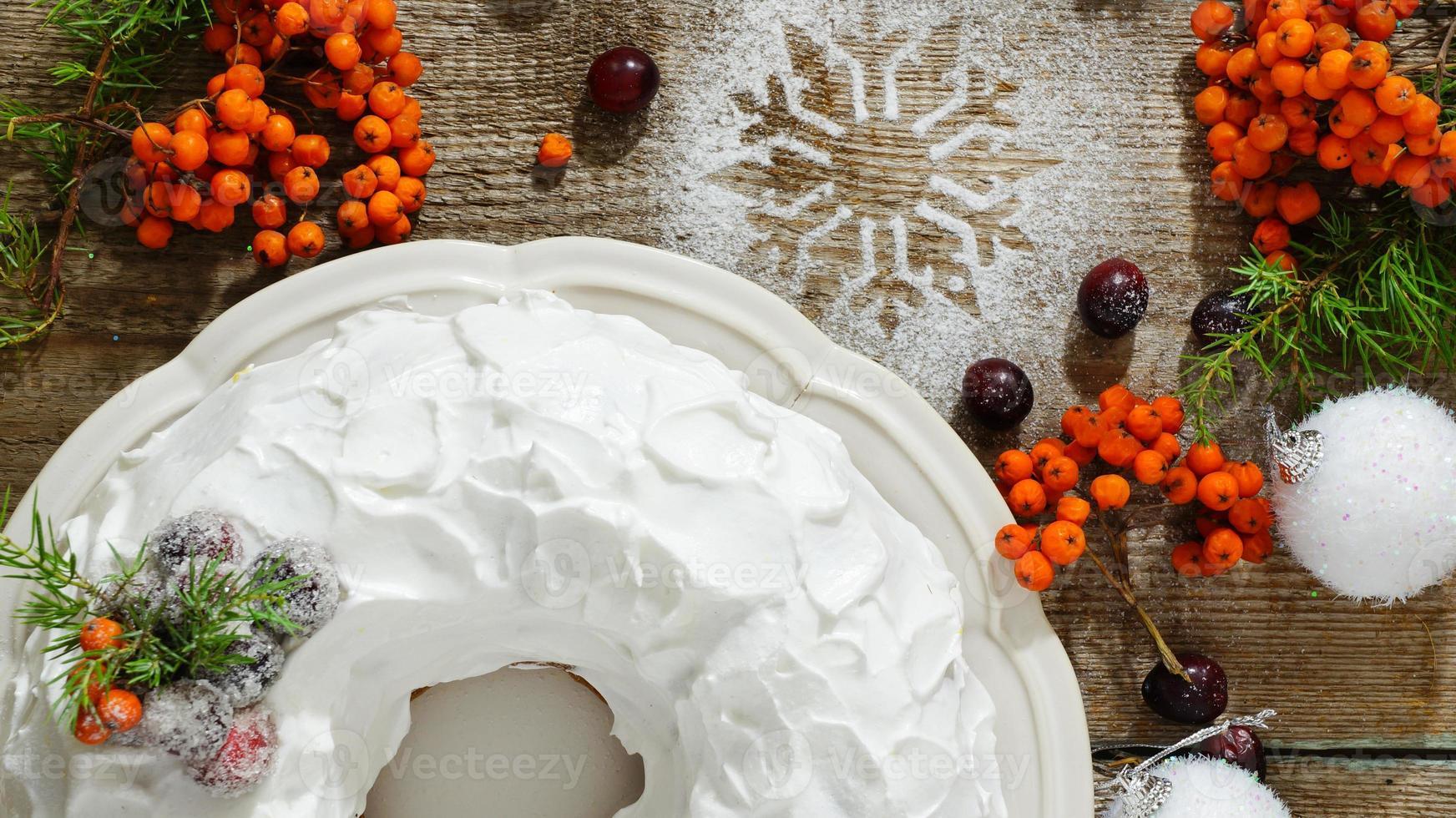 traditionele kerst- en nieuwjaarstaart met veenbessen en glazuur foto