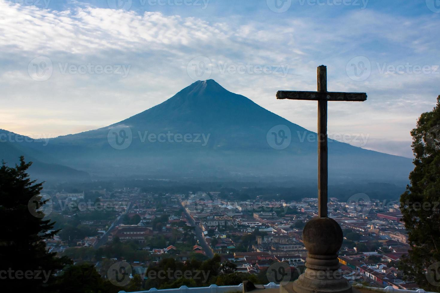 cerro de la cruz over guatemala vallei tegenover vulkaan agua foto