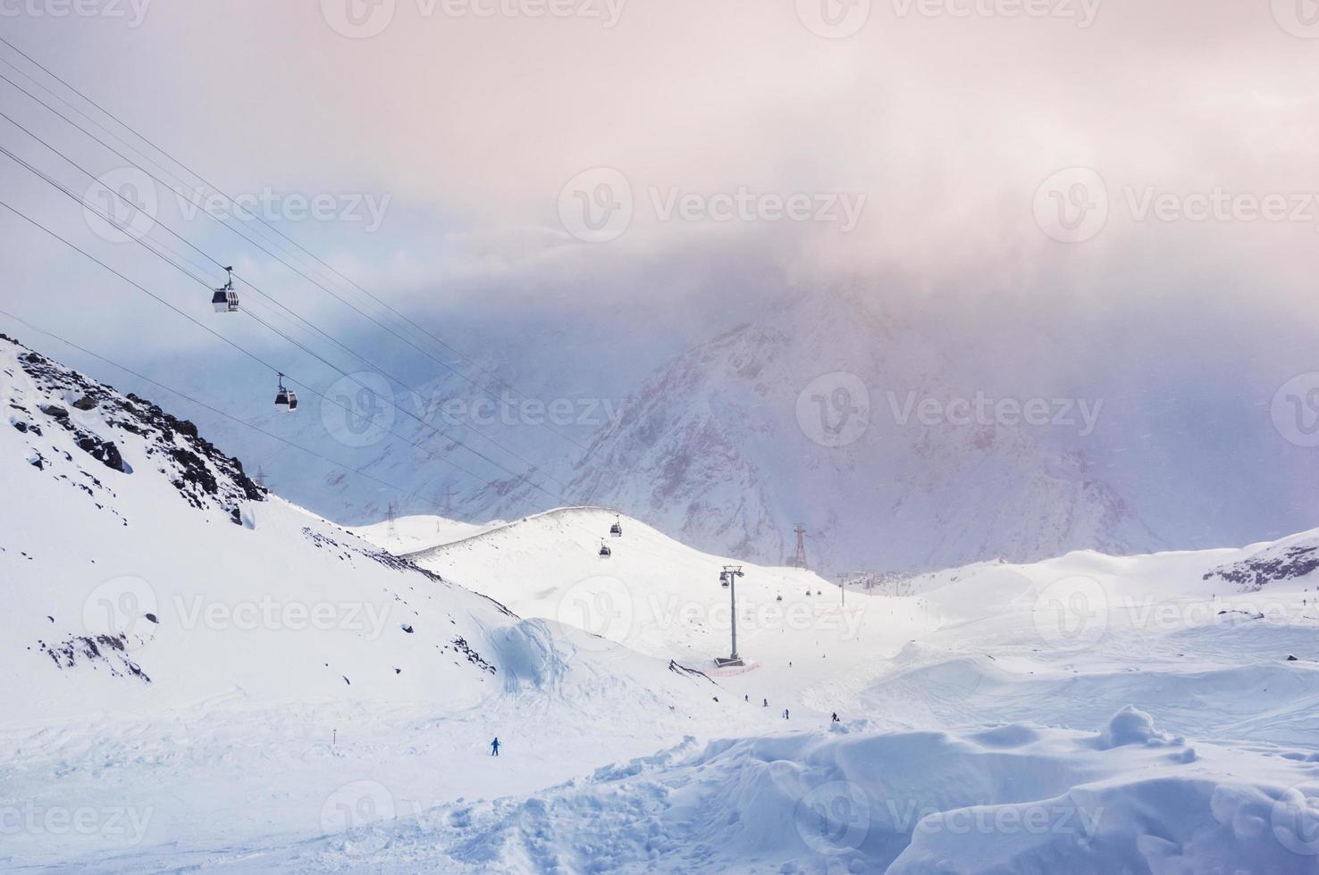 skipiste en kabelbaan op het skigebied Elbrus foto