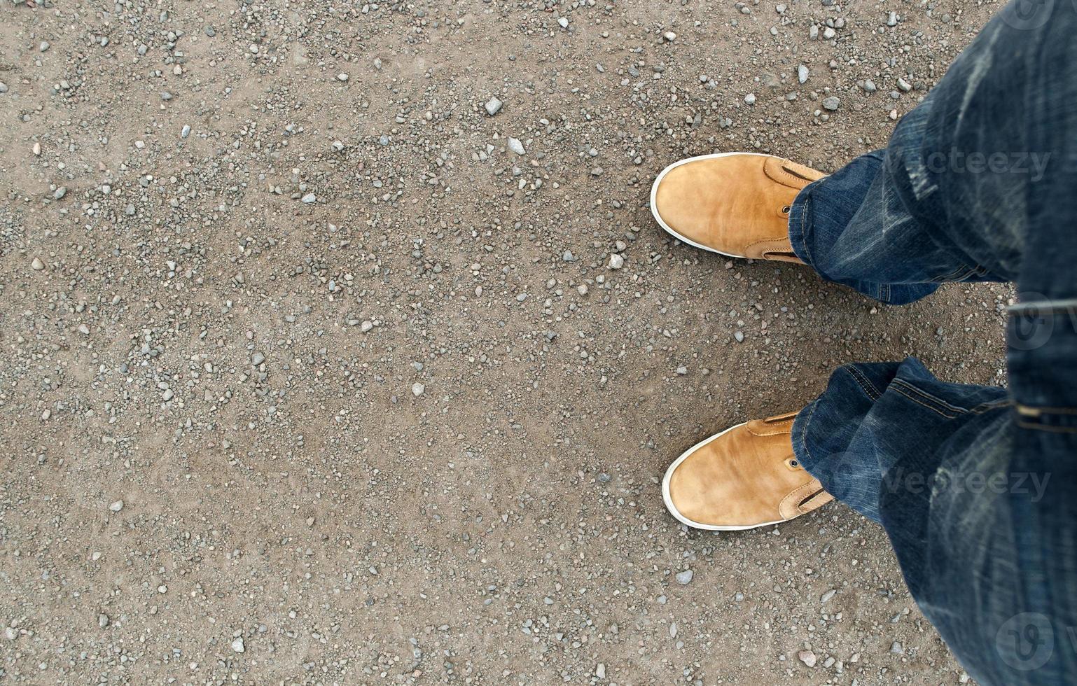 gele laarzen op de weg foto