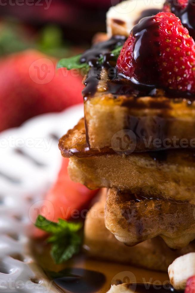 zoete wafels met fruit en chocolade foto