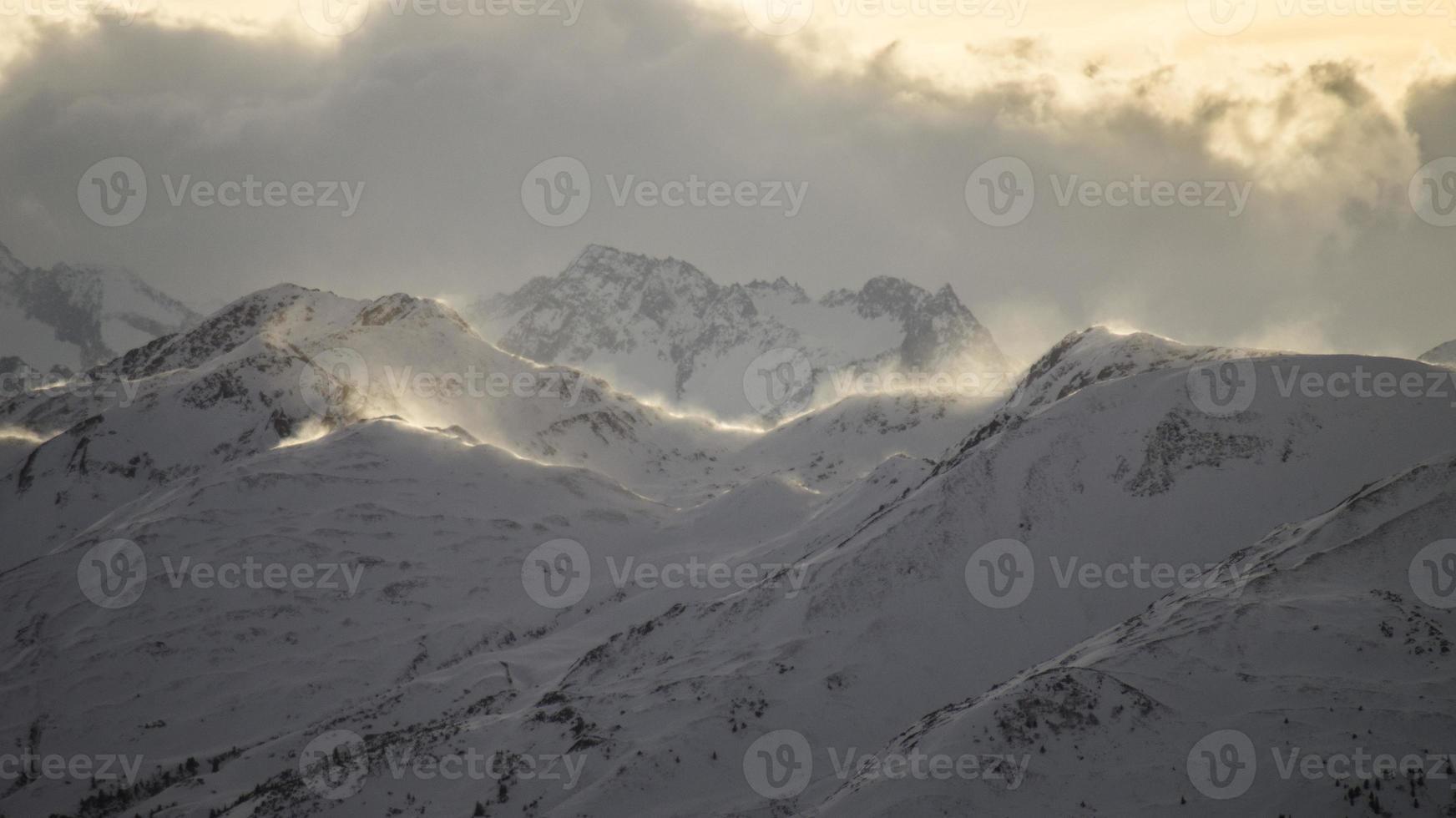 Oostenrijkse bergen met stuifsneeuw foto