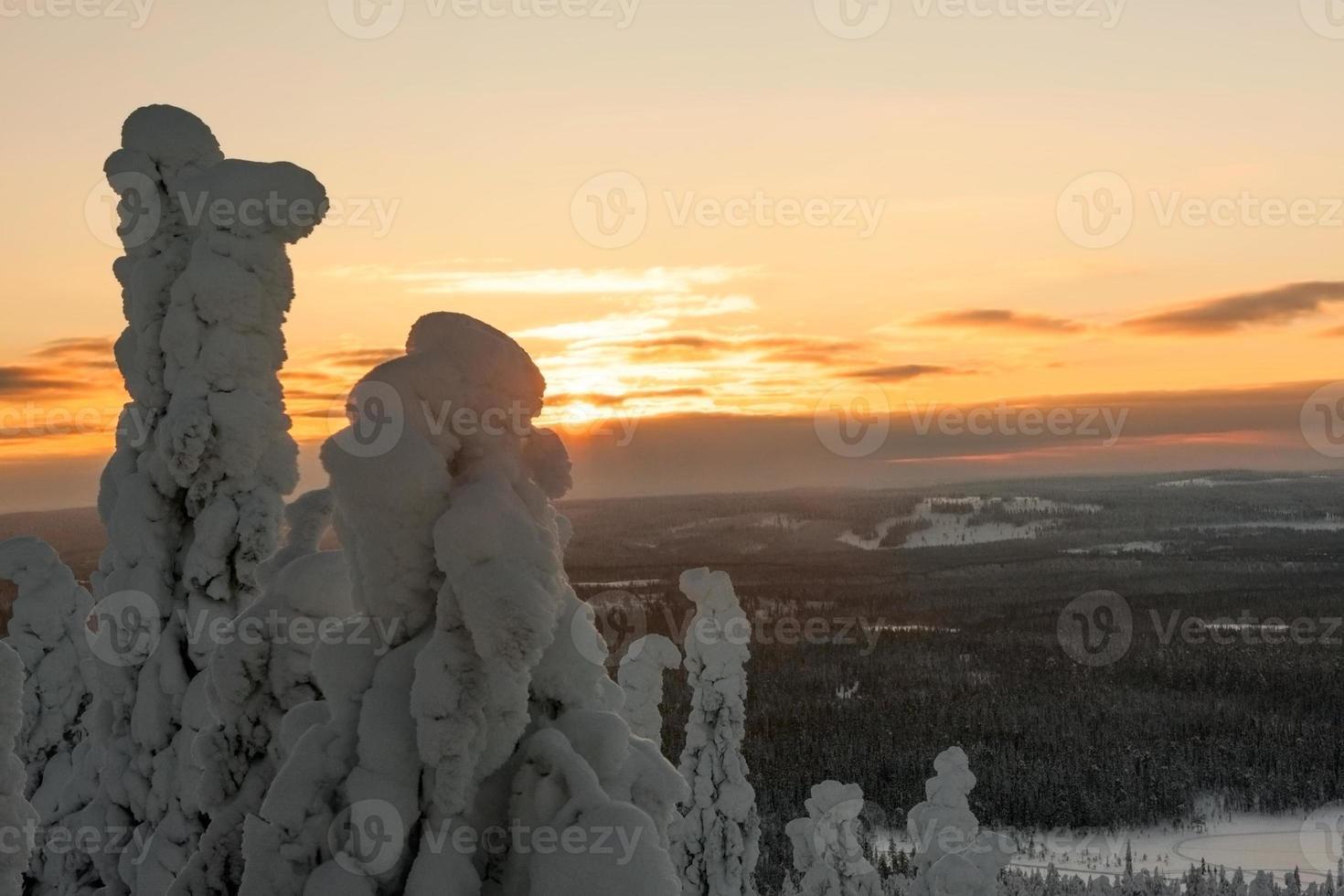's avonds op een bergtop in lapland foto