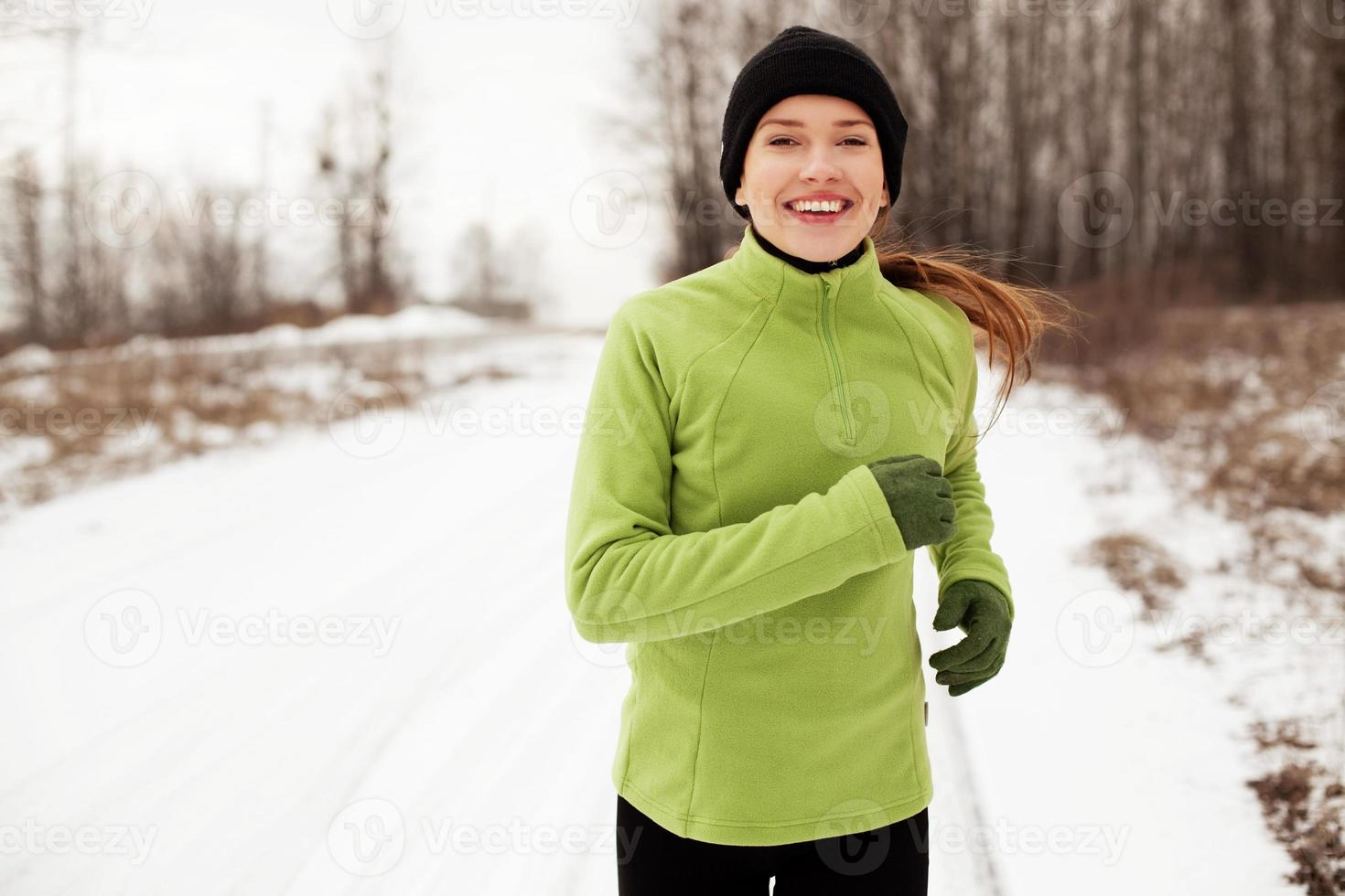 vrouw die in de winter loopt foto