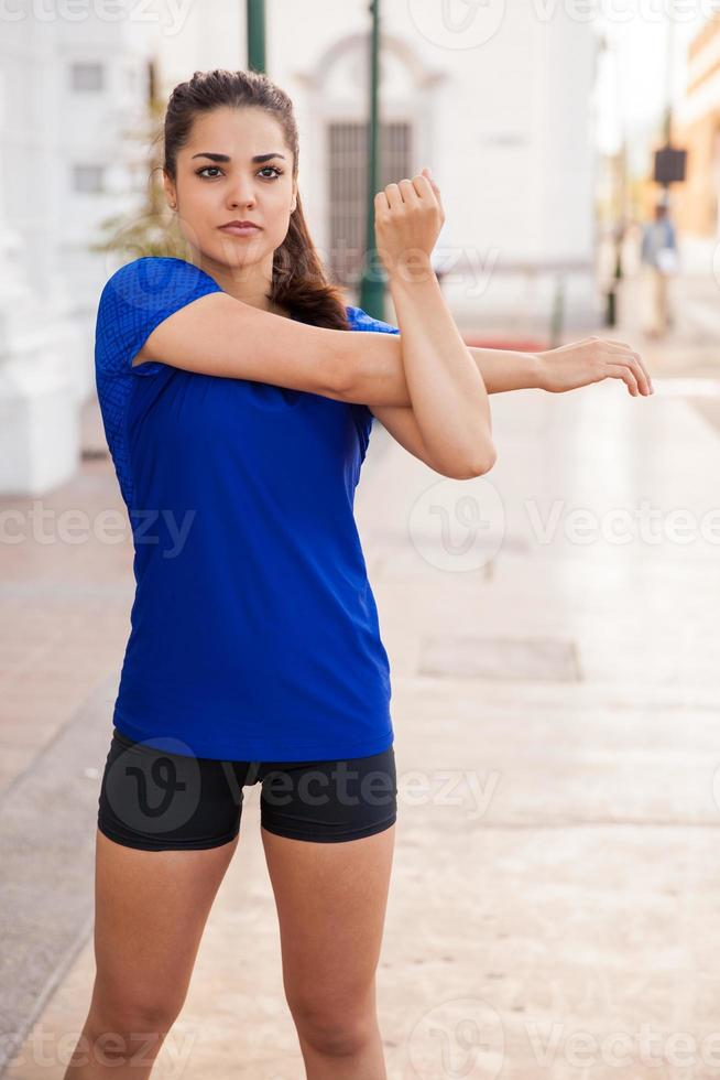 vrouw haar armen strekken foto