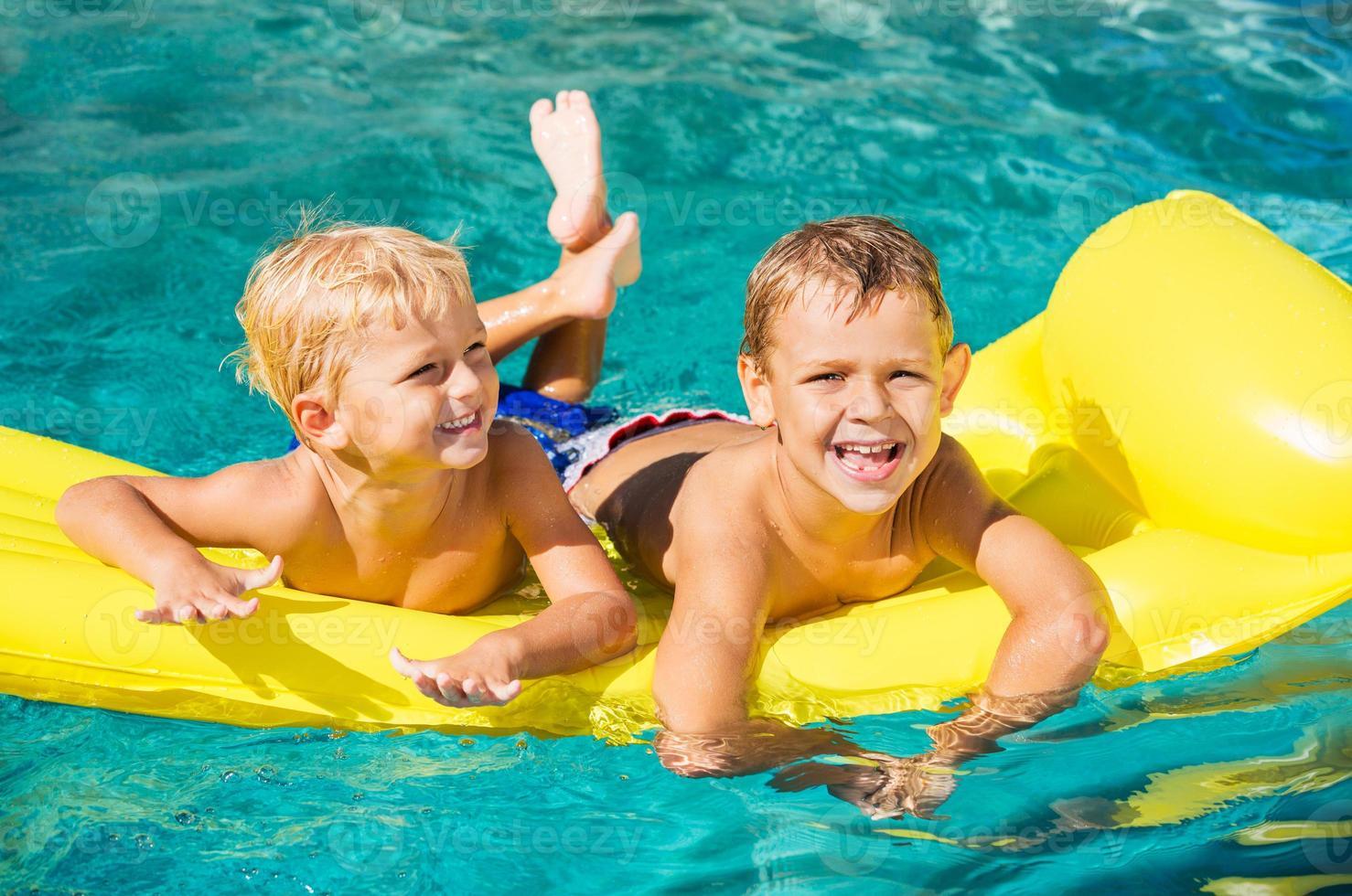 kinderen genieten van zomerdag bij het zwembad foto