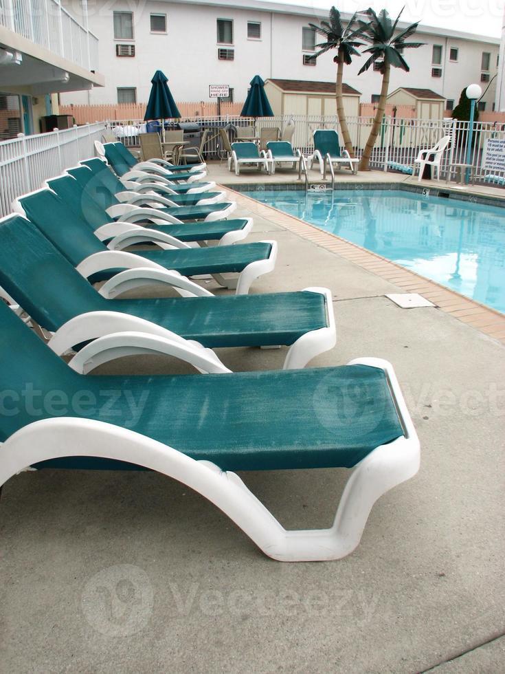 lounge stoelen bij het zwembad foto